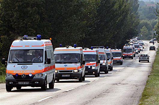 mentők vonulnak hosszú sorban-530
