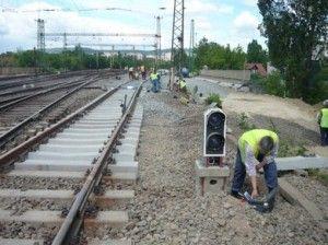 vasúti pálya mellett dolgoznak