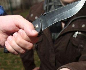 késsel-fenyeget