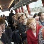 Angela Merkel újságírókkal buszon