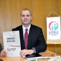 Fehér Zsolt a Jobbik programját mutatja-520