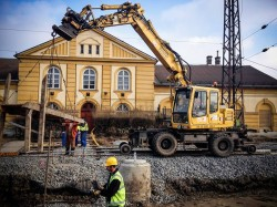 Folyik az átépítés a váci vasútállomáson