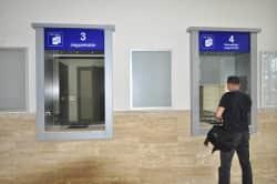 MÁV állomás jegypénztárak megnyitás előtt-530