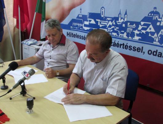 Krauze István és Bóth János aláírják a szerződést