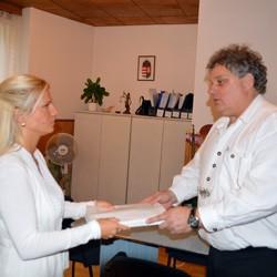 Fördős Attila átadja az ajánlóíveket