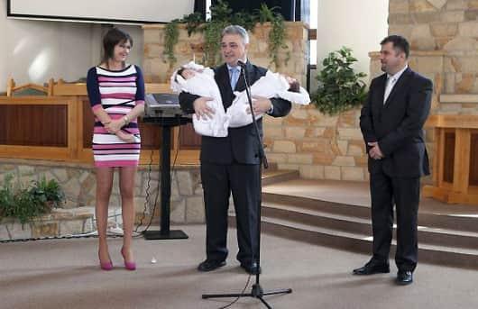 Széll ikrek bemutatása a baptista imaházban
