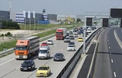 autók az autópályán