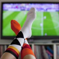 tévét néző - lábak