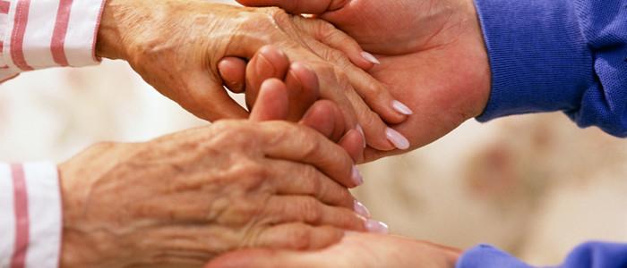 kezek - idős és fiatal nő-700