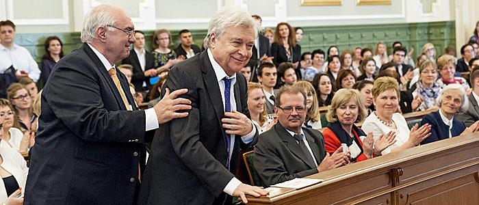 Gyõr, 2016. április 17. Korbuly Péter bemondó, mûsorvezetõ, beszédtanár, az MTVA Montágh Testületének elnöke (b), Lukács Sándor Kossuth-díjas színmûvész (b2) és Minárik Tamás, a pécsi Apáczai Csere János gimnázium magyartanára (b3), akik átvették az anyanyelv ápolásáért odaítélt Kazinczy-díjat, valamint Oglné Czepek Mária, a váci Madách Imre Gimnázium magyartanára, beszédmûvelõ körének vezetõje (b4) és Angyal Jenõné, a gyömrõi Weöres Sándor Általános Iskola nyugalmazott magyartanára, a város könyvtárában mûködõ beszédmûvelõ csoport vezetõje, aki átvette az anyanyelvi mozgalom támogatását elismerõ Péchy Blanka-díjat az 51. Szép magyar beszéd prózamondó verseny Kápát-medencei döntõjének díjkiosztó ünnepségén a gyõri városháza dísztermében 2016. április 17-én. MTI Fotó: Krizsán Csaba