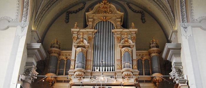 A kóruson ma is látható orgona Csáky Károly püspök adománya. Korábban is állt egy barokk kisorgona, ami késõbb a márianosztrai kegytemplomba került át. A mai nagyorgonát Rieger Ottó építette meg Kratochwill József csömöri plébános tervei szerint 3 manuáll