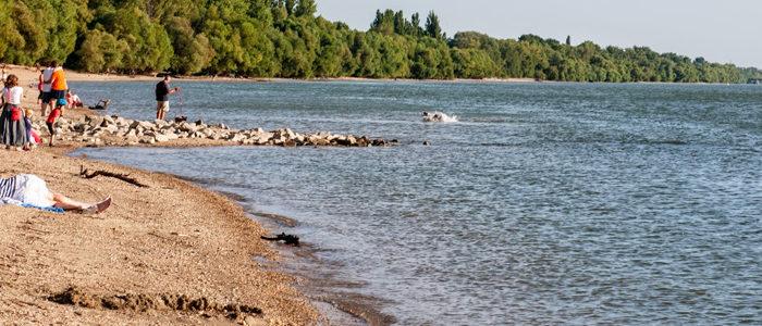 Duna-part emberekkel-700