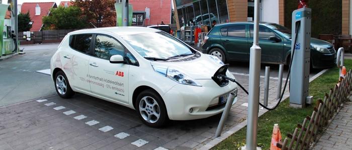 elektromos-auto-toltoallomas2-700