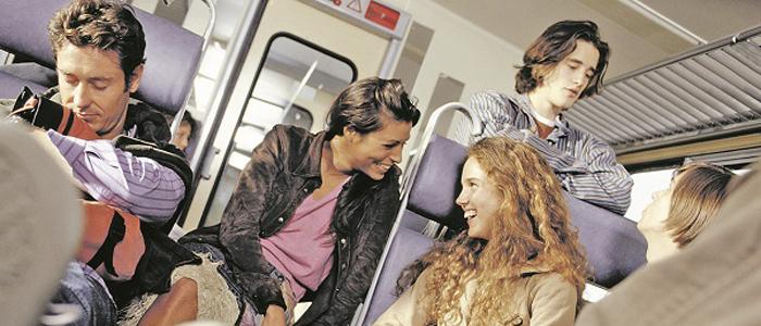 fiatalok-utaznak-a-vonaton-700
