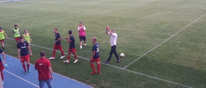 A Vác FC csapata és edzője köszöni meg a szurkolók biztatását az NBII első fordulójában, a III. Kerületi TVE óbudai pályáján