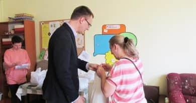 Húsvéti csomagokat osztott Rétvári Bence
