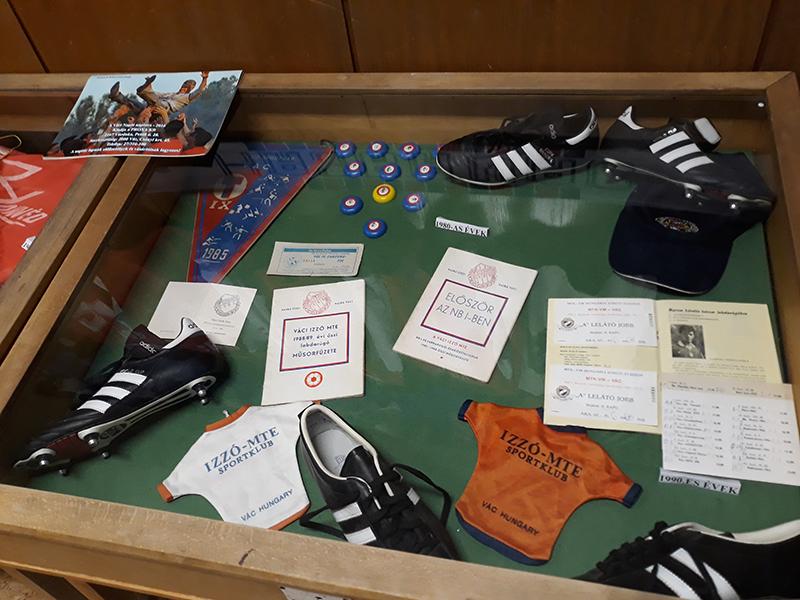 A vitrin, amely a Vác FC 1988-as, első élvonalba történő feljutásának emlékeit őrzi