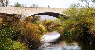 Az új Ipoly-hídhoz vezető út átvágja a váci vasútvonalat