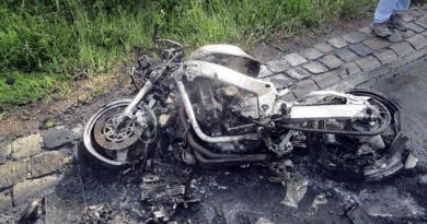 Lesodródott az útról és kigyulladt egy motorkerékpár
