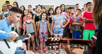 Böjte Csaba árvái és fogvatartottak gyermekei a táborban