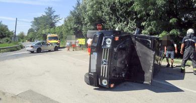 Két autó ütközött, az egyik az oldalára borult