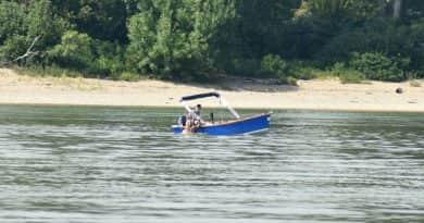 Szállodahajók mellett úszkált egy nő a Dunában