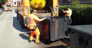 Már a hulladékgyűjtő konténereket is fertőtlenítik Vácon