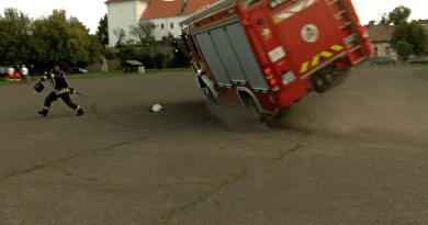Tényleg baj lehet ezzel a tűzoltóautó típussal, ha nem csak Vácon borult fel