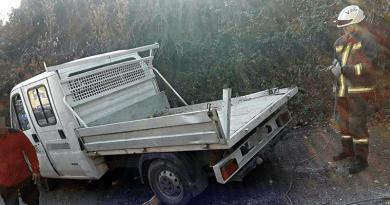 Nagymaroson az oldalára borult egy kisteherautó
