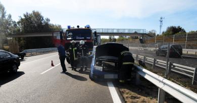 Baleset az M2-esen: szalagkorlátnak ütközött egy autó