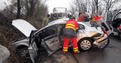 Az árokba sodródott egy autó, az egyik utas benne szorult