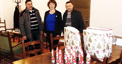 Csokimikulások a rászoruló roma gyermekeknek