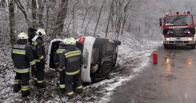 Az árokba csúszott egy autó a havas, nedves úton