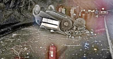 Falnak csapódott és felborult egy autó a 2-es úton