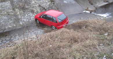 Öt méter mély patakmederből húzták ki az autót