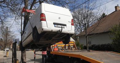 A polgármester elszállíttatta az óvoda elől az autót