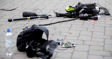 Megtámadták a tévéstábot, a kormány azonnal kiállt a sajtószabadság mellett