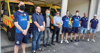 Pénzt gyűjtöttek a váci fociklub játékosai, szakvezetői a mentőállomásnak