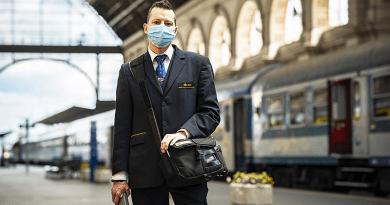 Kötelező a vasúttársaság járatain az arc eltakarása, a kalauz is maszkot hord
