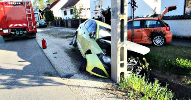 Két autó ütközött össze, az egyik nekicsapódott a villanyoszlopnak