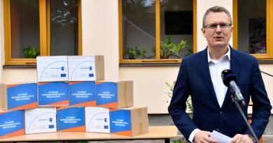 Rétvári Bence élelmiszercsomagokat adott át Szobon