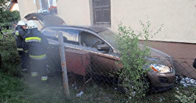 Kidöntötte a kerítést és egy háznak ütközött egy autó Sződligeten