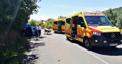 Motorkerékpáros ütközött egy személyautóval Ipolydamásd közelében