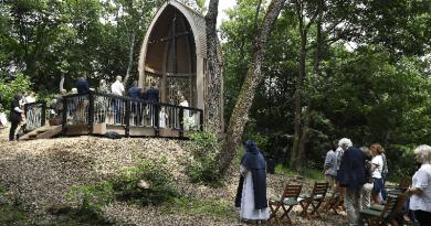 Pálos emlékhely Márianosztrán: a keresztre nézve fel kell emelnünk tekintetünket