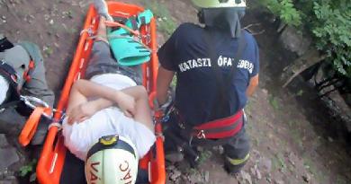 A hegyről gyalog hozták le a sérült turistát Nagymaroson a tűzoltók