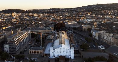 Egy most felállított Zeppelinnel bontják a Nyugati pályaudvar tetőszerkezetét