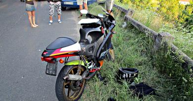 Autóval ütközött egy motoros a Külső-Gombási úton