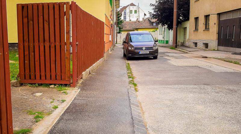 A lakossággal összefogva újul meg a Zichy utca járdája