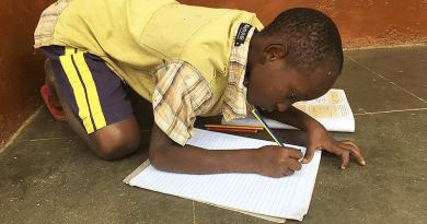 Egy váci Afrikában: az új babák azonnal átesnek egy HIV-teszten
