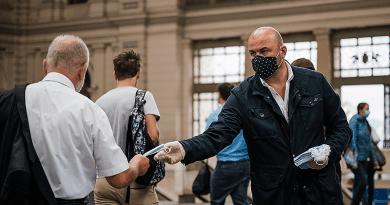 Országszerte 15 ezer maszkot osztott szét utasainak a MÁV és a Volán